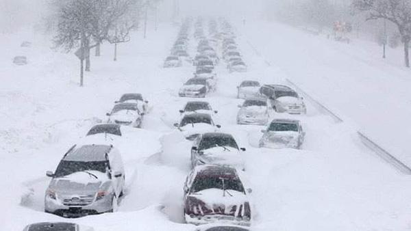 Hình ảnh người dân Texas oằn mình trong bão tuyết kỷ lục, đồ đạc trong nhà đóng băng, người dân chết vì mất điện - Ảnh 9.