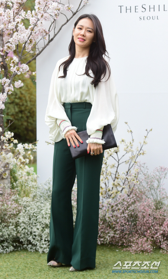 Quần ống rộng phổ biến như thế mà Son Ye Jin rất hiếm khi mặc, và đây chính là lý do - Ảnh 5.