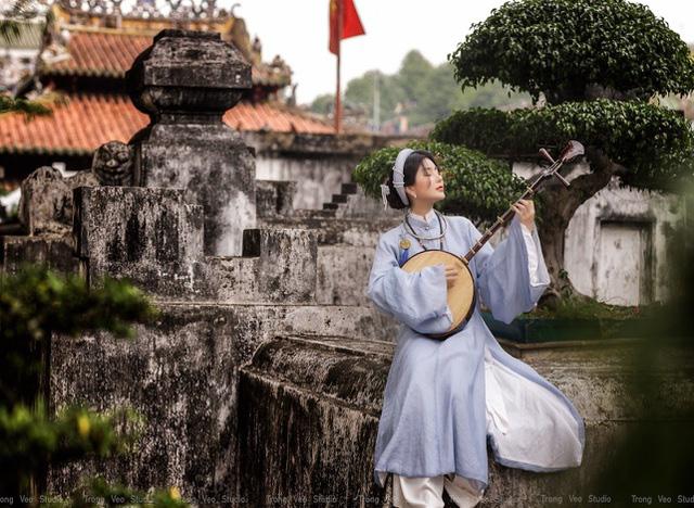 دختر داغ از مدرسه HUFLIT با یک پیراهن سنتی Tac مانند رویا به نظر می رسد - تصویر 5.
