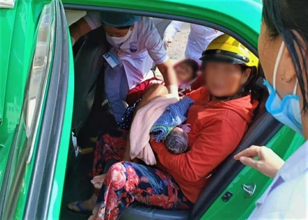 Nam tài xế taxi giúp sản phụ vượt cạn thành công ngay trên xe - Ảnh 1.