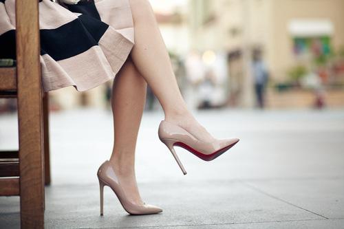 6 kiểu đi giày cực hại cho chân cần bỏ ngay - Ảnh 1.