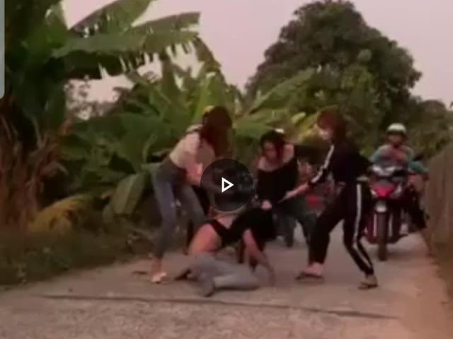 Nữ sinh lớp 7 bị bạn dùng vũ lực xâm hại sau đó bị 30 người vây đánh ghen dã man - Ảnh 1.