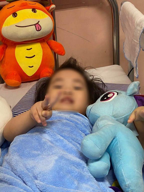 Hình ảnh đáng yêu của bé gái rơi từ tầng 13 chung cư được cứu sống thần kỳ - Ảnh 2.