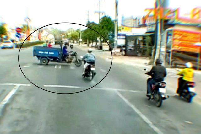 Cô gái lao xe máy như tên bắn vượt đèn đỏ, tông lật xe ba gác - Ảnh 1.