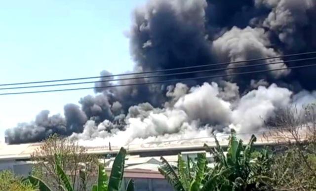 Hỏa hoạn cực lớn, công ty may mặc chìm trong khói lửa - Ảnh 1.