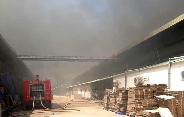 Hỏa hoạn cực lớn, công ty may mặc chìm trong khói lửa - Ảnh 2.