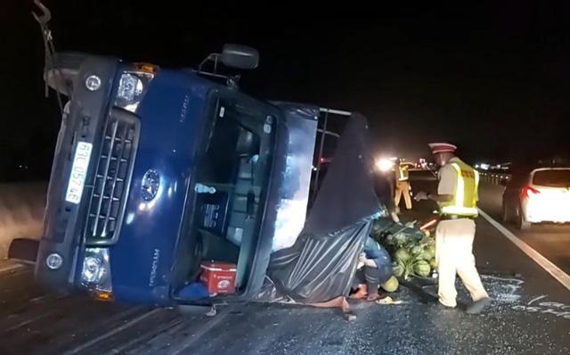 Xe chở dừa bị lật, nhân viên cứu hộ chạy bộ mở đường cho xe cấp cứu - Ảnh 1.