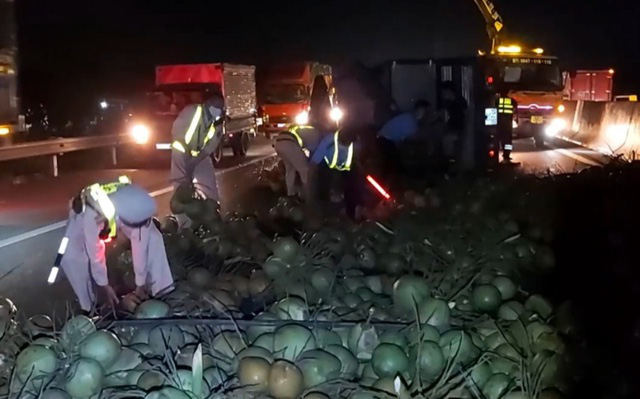 Xe chở dừa bị lật, nhân viên cứu hộ chạy bộ mở đường cho xe cấp cứu - Ảnh 2.
