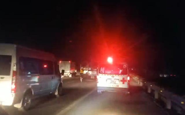 Xe chở dừa bị lật, nhân viên cứu hộ chạy bộ mở đường cho xe cấp cứu - Ảnh 4.
