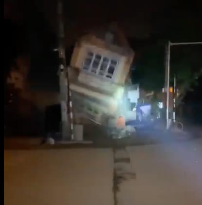 Nhà 3 tầng bất ngờ đổ sập trong đêm ở Lào Cai - Ảnh 2.