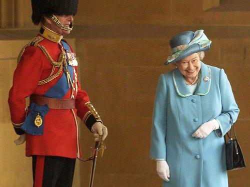 Lý do nữ hoàng Anh cười khúc khích trong bức ảnh với Hoàng thân Philip - Ảnh 2.