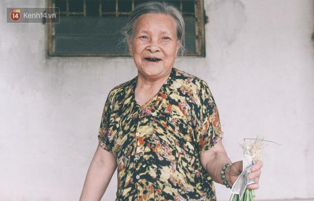 Có một cửa tiệm 60 năm của bà trùm tạp hóa ở Hà Nội khiến ai đi qua cũng nhớ về tuổi thơ - Ảnh 1.