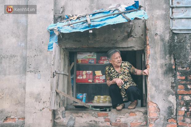 Có một cửa tiệm 60 năm của bà trùm tạp hóa ở Hà Nội khiến ai đi qua cũng nhớ về tuổi thơ - Ảnh 9.