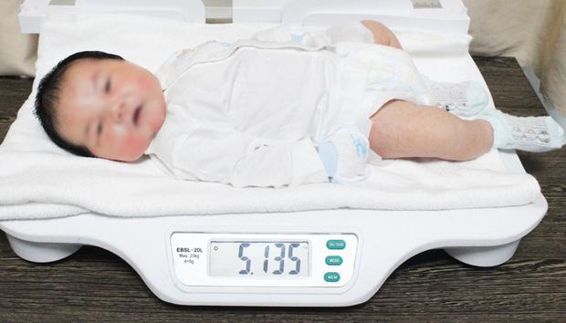 Bé trai sơ sinh có cân nặng khủng hơn 5,1kg - Ảnh 2.