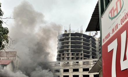 Sau tiếng nổ lớn, xưởng in ở Hà Nội bốc cháy - Ảnh 1.