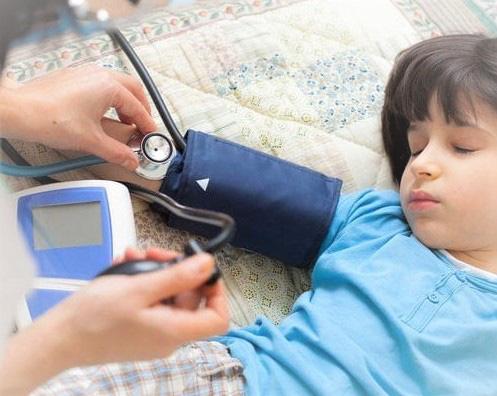 Những lý do bất ngờ trẻ mắc cao huyết áp, cha mẹ đọc xong cần điều chỉnh chế độ ăn uống cho con ngay - Ảnh 2.
