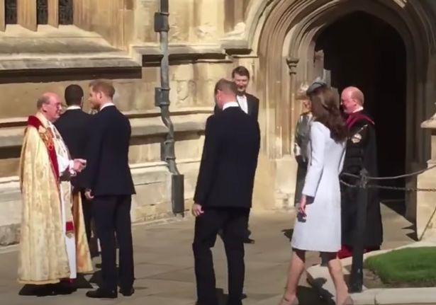 Lộ hình ảnh cho thấy Harry thấp thỏm, xa cách anh trai William khi còn ở hoàng gia khiến nhiều người đau lòng - Ảnh 2.