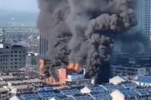 Cháy trung tâm thương mại ở Trung Quốc, 4 người thiệt mạng - Ảnh 2.