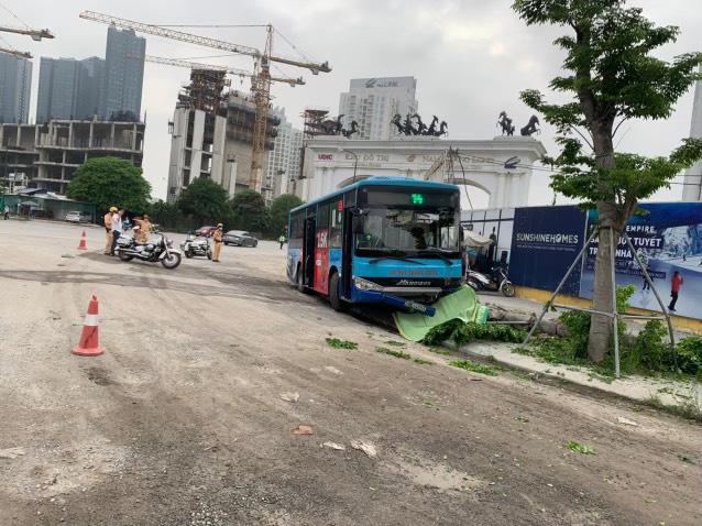 Hà Nội: Xe buýt lao lên vỉa hè, tông chết người đi bộ - Ảnh 1.