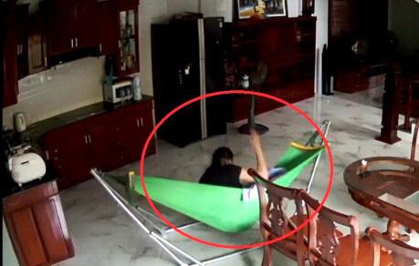 Người giúp việc bạo hành con nhỏ mà cha mẹ không thể ngờ, kiểm tra camera mới hé lộ sự thật gây phẫn nộ - Ảnh 2.