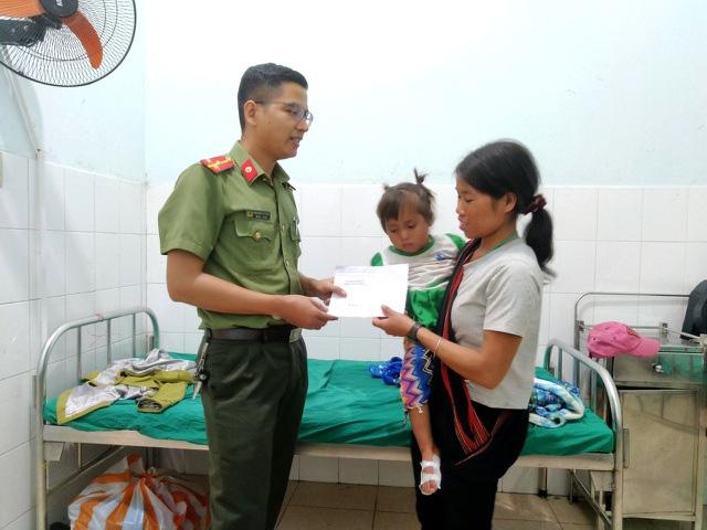 Làm thẻ căn cước cho dân, công an cứu kịp thời đôi chân cháu bé 3 tuổi - Ảnh 2.
