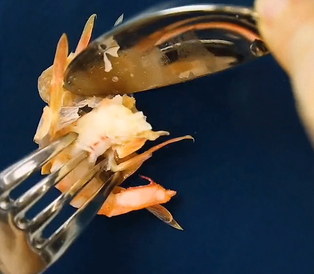 Đi ăn cỗ bóc vỏ tôm chín cách này sẽ không bị nóng hay bẩn tay mà còn được khen là khéo léo, duyên dáng - Ảnh 2.