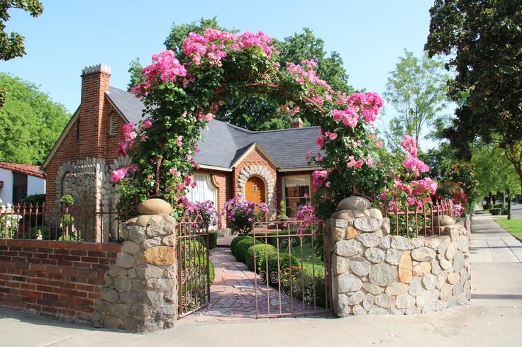"""Những cổng nhà có hoa hồng leo lãng mạn đẹp đến """"lịm tim"""" - Ảnh 1."""