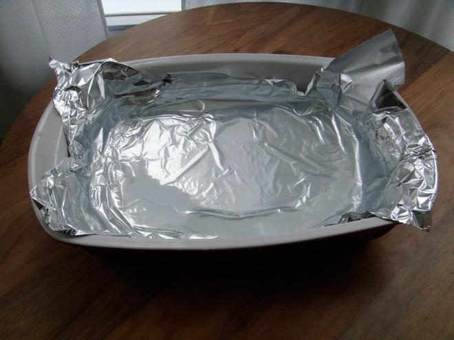 Bọc giấy nhôm vào khay rồi đổ nước sôi, đồ bạc cũ thế nào sau khi nhúng vào cũng sáng như mới - Ảnh 1.