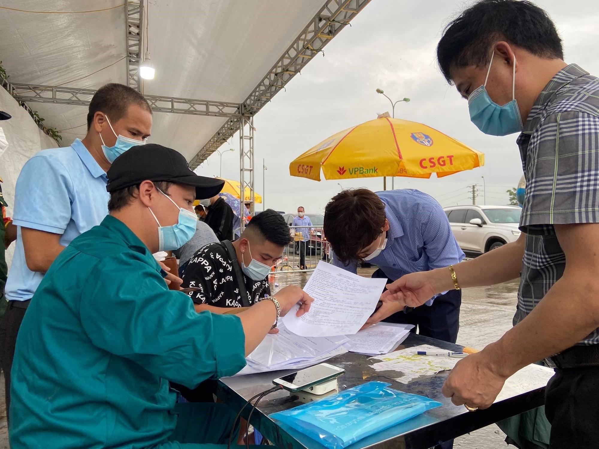 Sáng 14/10: Bất ngờ lớn của 100 người tự phát về quê khi đến TP.HCM; Quảng Nam báo cáo Bộ Công an về hoạt động từ thiện của ca sĩ Thủy Tiên - Ảnh 4.