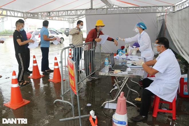 Hà Nội: Đội mưa làm thủ tục qua chốt cửa ngõ, nhiều người phải quay đầu