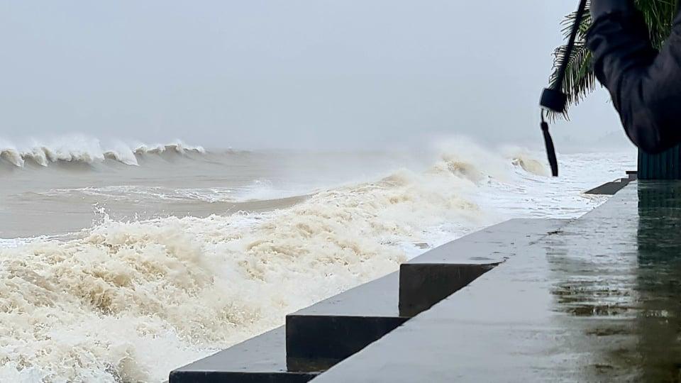 Thanh Hóa: Mưa lớn, những con sóng cao hơn 4m liên tiếp dội vào bờ - Ảnh 6.