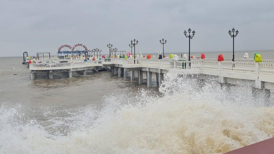 Thanh Hóa: Mưa lớn, những con sóng cao hơn 4m liên tiếp dội vào bờ - Ảnh 7.