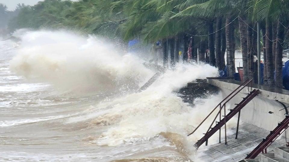 Thanh Hóa: Mưa lớn, những con sóng cao hơn 4m liên tiếp dội vào bờ - Ảnh 5.