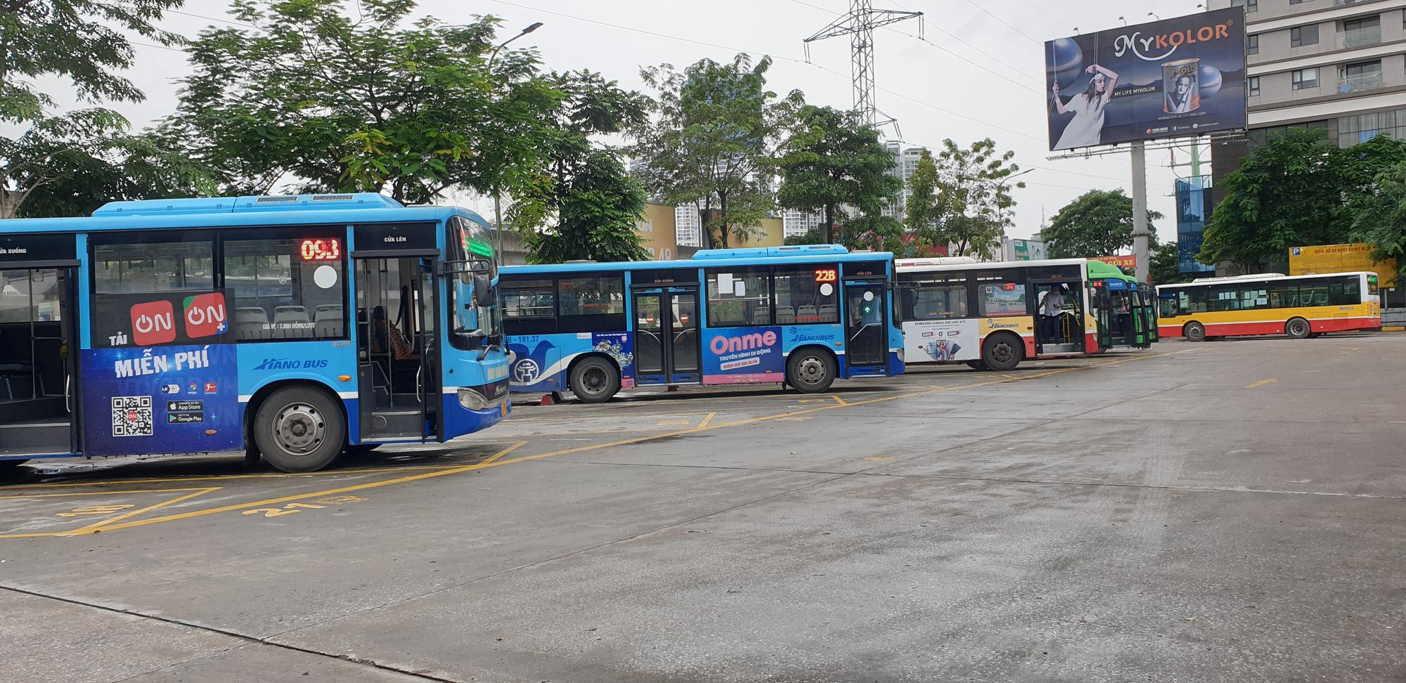 Những chuyến xe không người trong ngày đầu các tuyến buýt Hà Nội hoạt động trở lại - Ảnh 2.