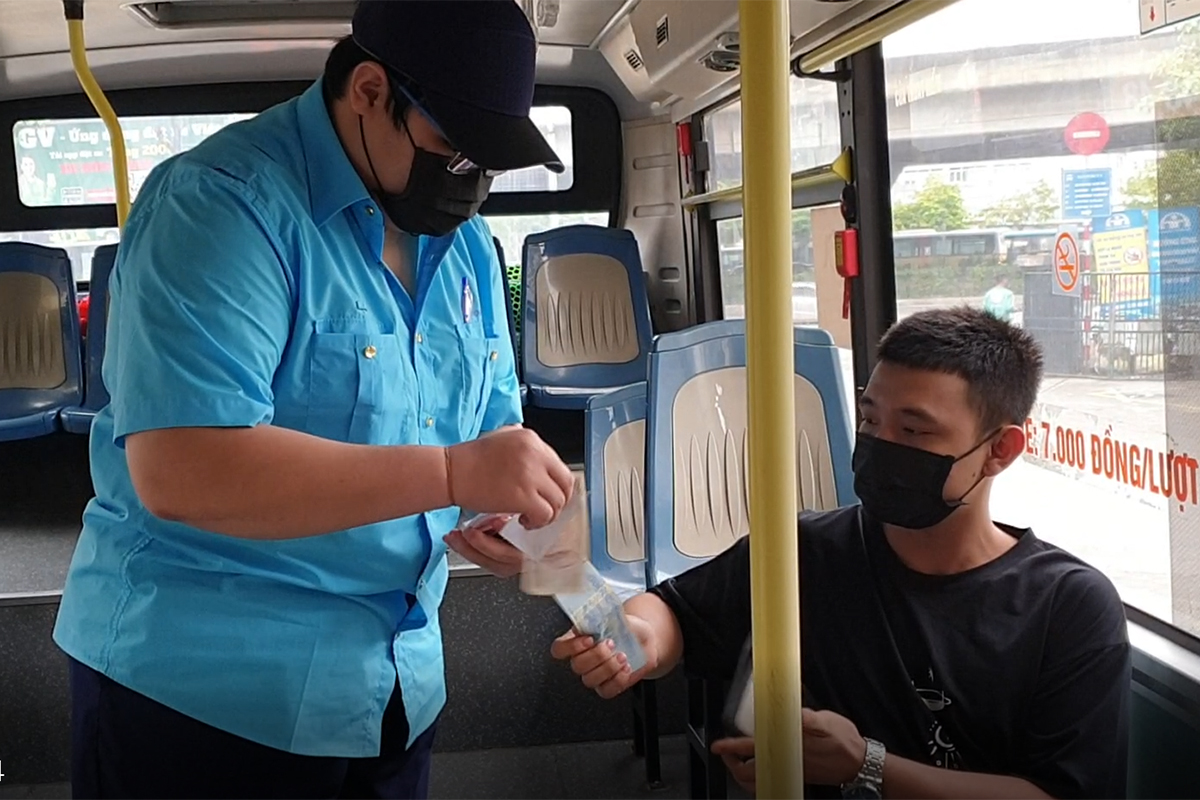 Những chuyến xe không người trong ngày đầu các tuyến buýt Hà Nội hoạt động trở lại - Ảnh 13.