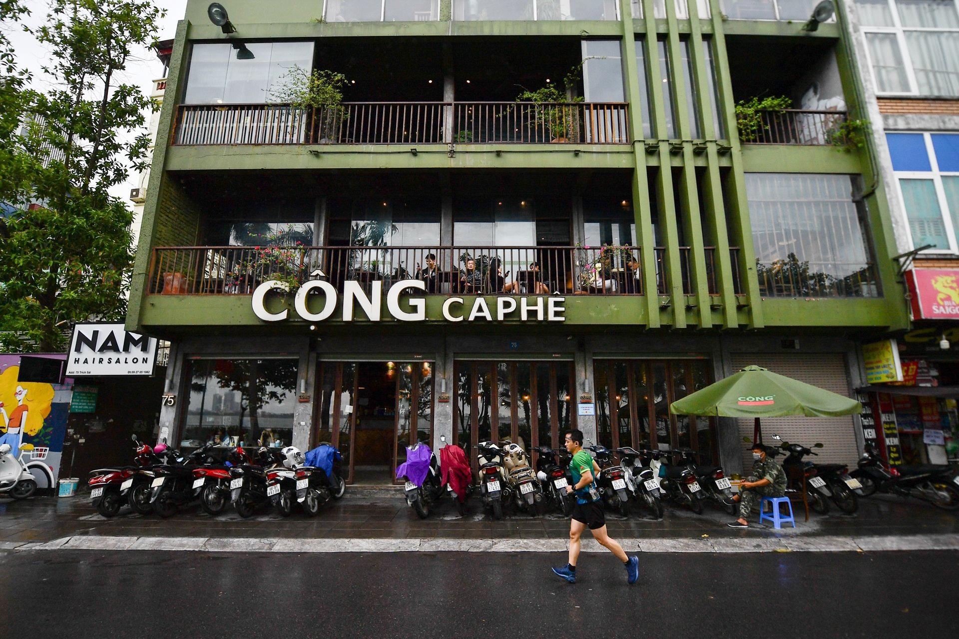 Quán cà phê ở Hà Nội đông nghịt khách ngày mở bán tại chỗ - Ảnh 1.