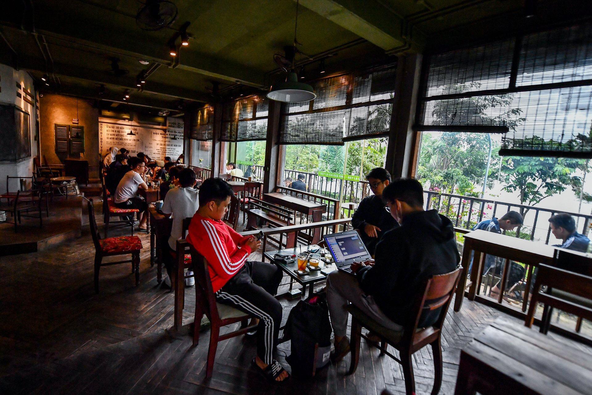 Quán cà phê ở Hà Nội đông nghịt khách ngày mở bán tại chỗ - Ảnh 4.