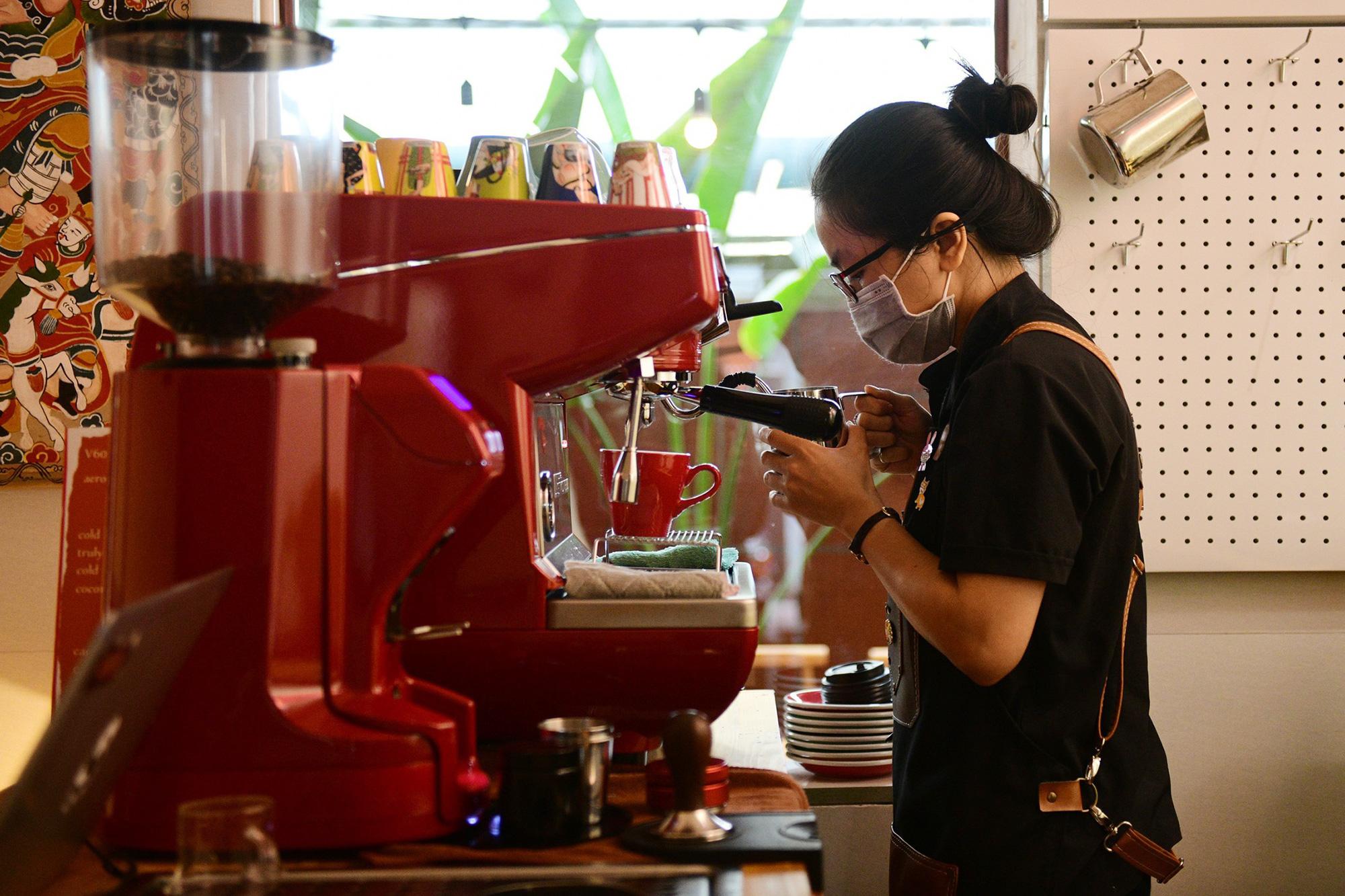 Quán cà phê ở Hà Nội đông nghịt khách ngày mở bán tại chỗ - Ảnh 15.