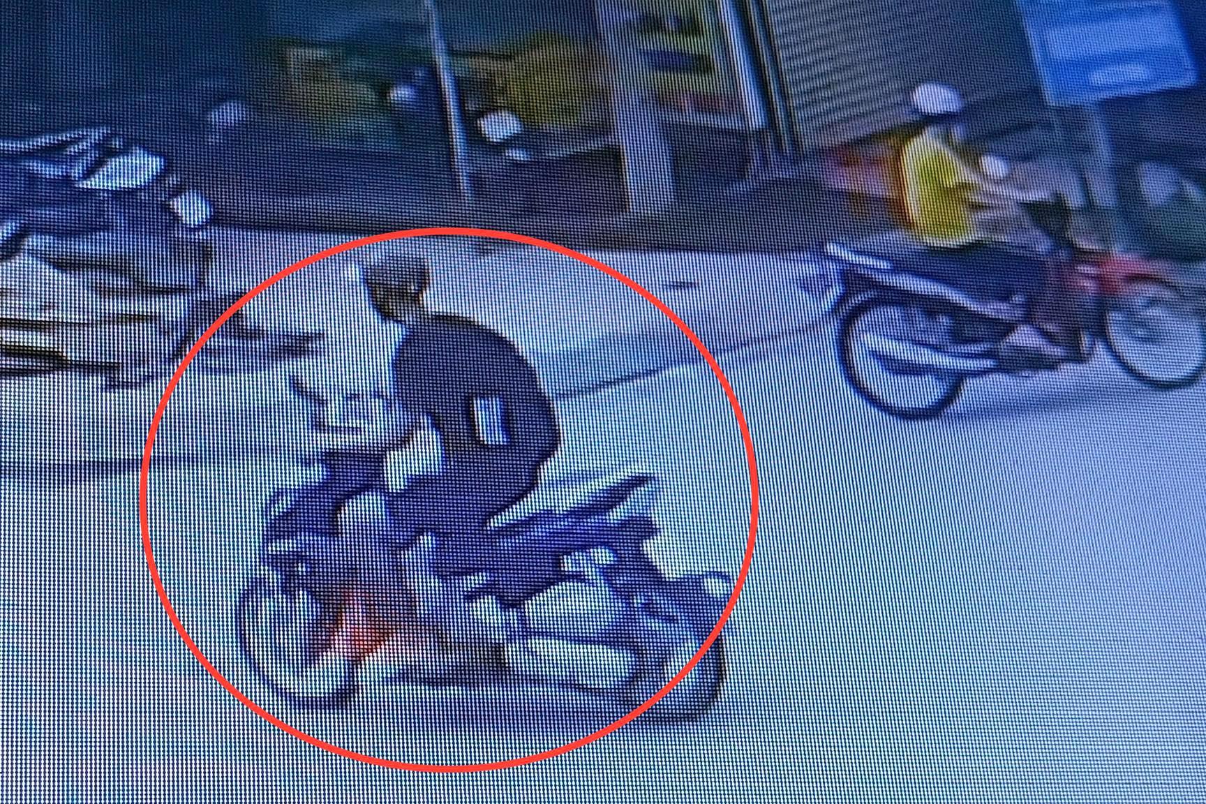 Tài xế GrabBike bị khách thủ dao đâm trọng thương, cướp xe giữa ban ngày - Ảnh 1.