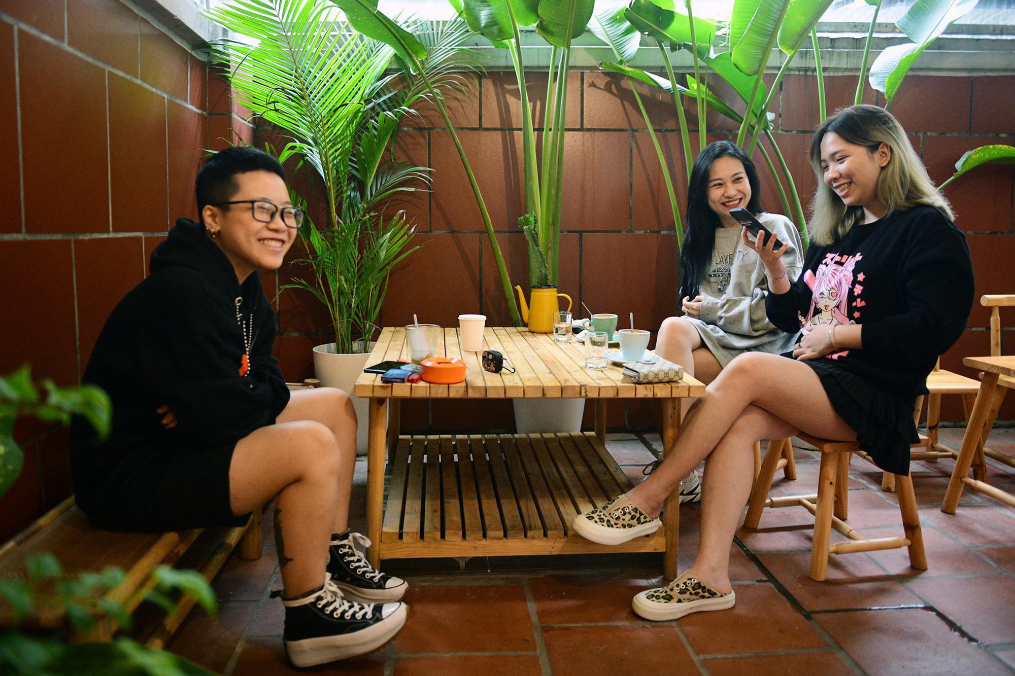 Quán cà phê ở Hà Nội đông nghịt khách ngày mở bán tại chỗ - Ảnh 14.
