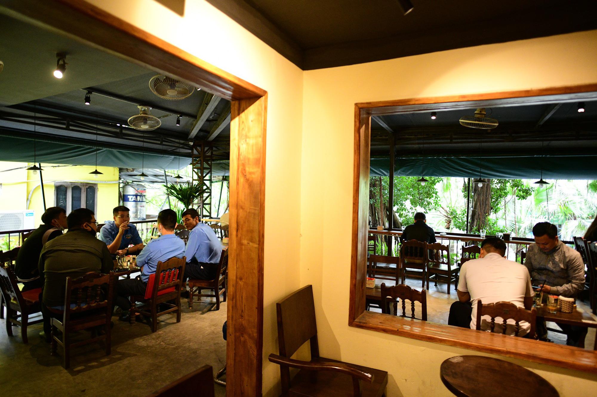 Quán cà phê ở Hà Nội đông nghịt khách ngày mở bán tại chỗ - Ảnh 9.