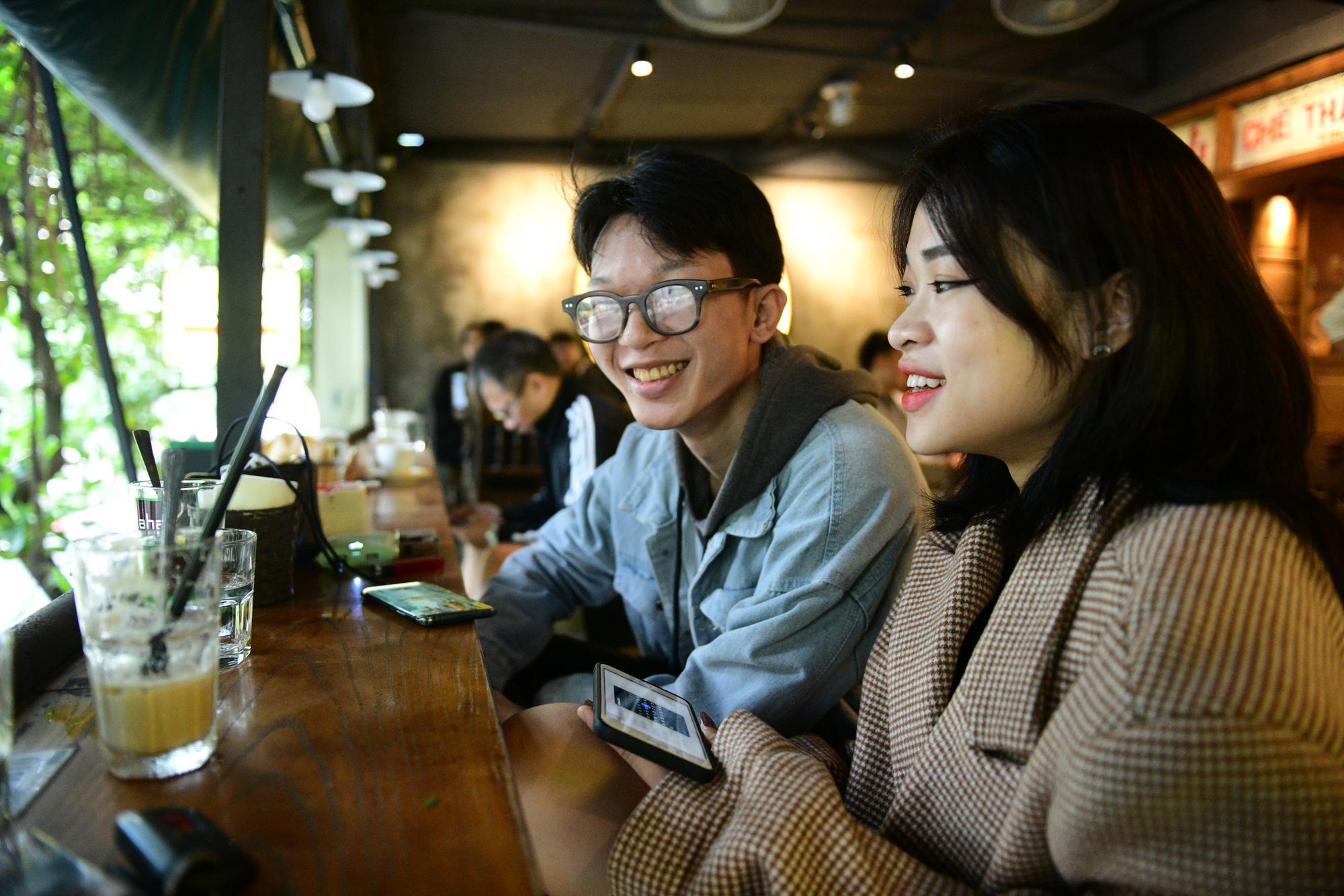 Quán cà phê ở Hà Nội đông nghịt khách ngày mở bán tại chỗ - Ảnh 12.