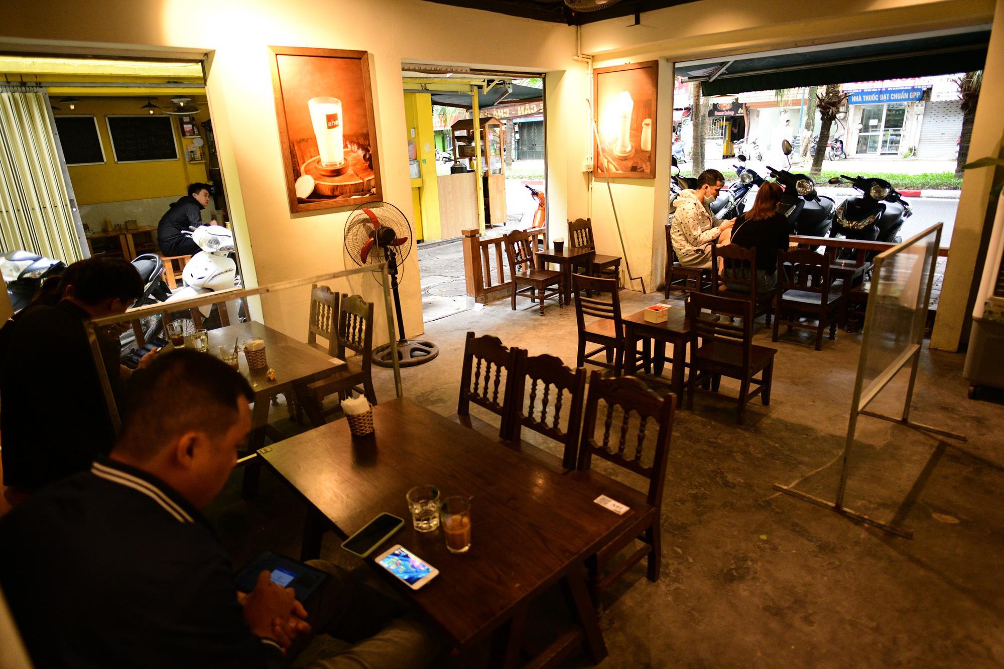 Quán cà phê ở Hà Nội đông nghịt khách ngày mở bán tại chỗ - Ảnh 11.