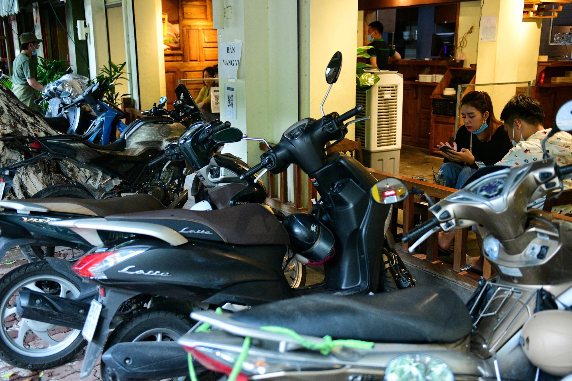 Quán cà phê ở Hà Nội đông nghịt khách ngày mở bán tại chỗ - Ảnh 10.