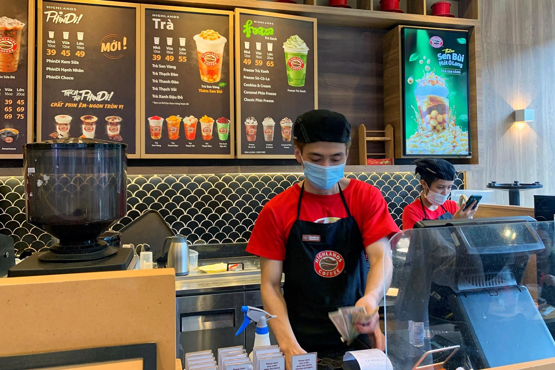 Quán cà phê ở Hà Nội đông nghịt khách ngày mở bán tại chỗ - Ảnh 3.