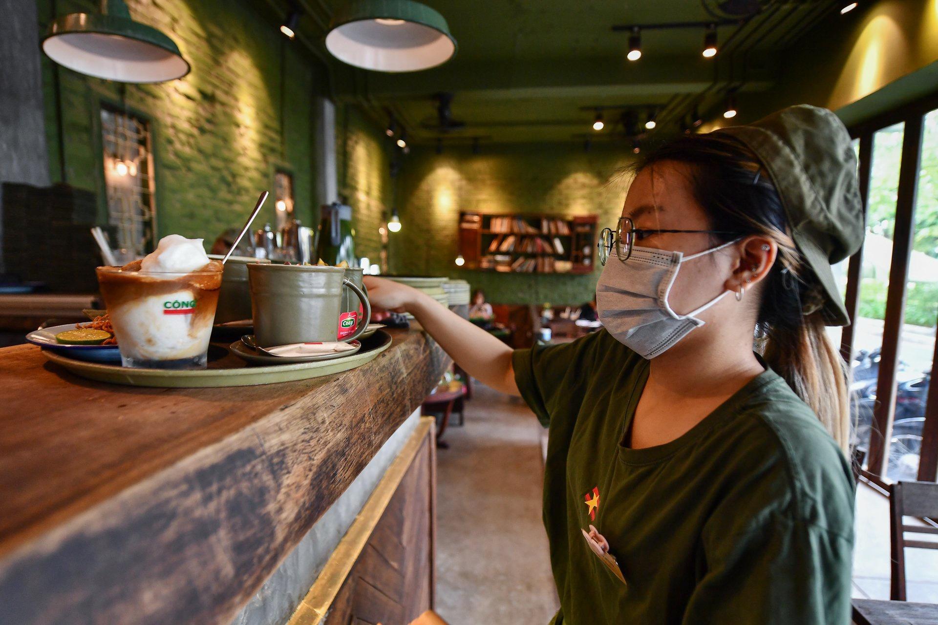 Quán cà phê ở Hà Nội đông nghịt khách ngày mở bán tại chỗ - Ảnh 6.