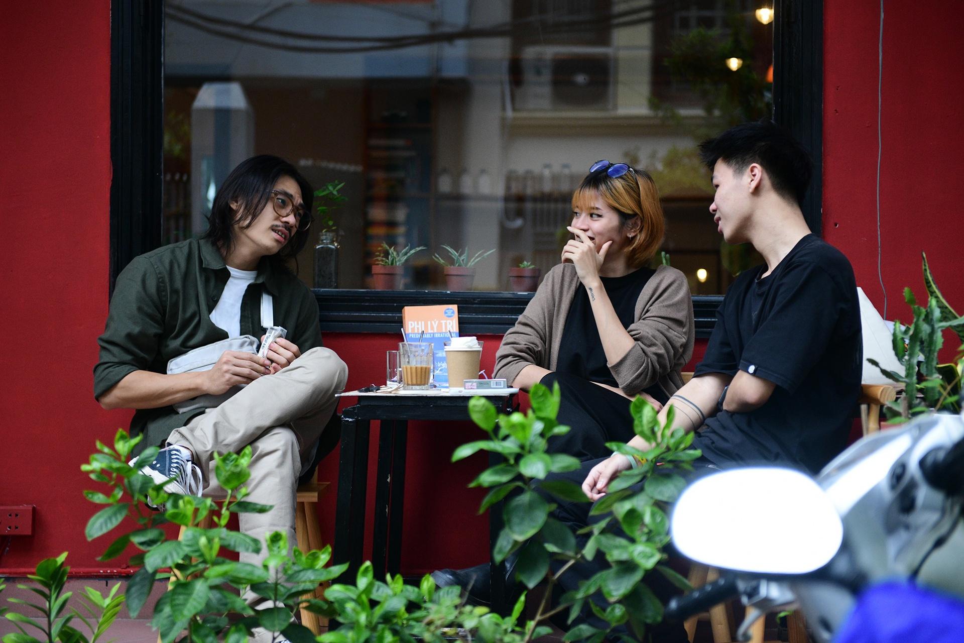 Quán cà phê ở Hà Nội đông nghịt khách ngày mở bán tại chỗ - Ảnh 13.