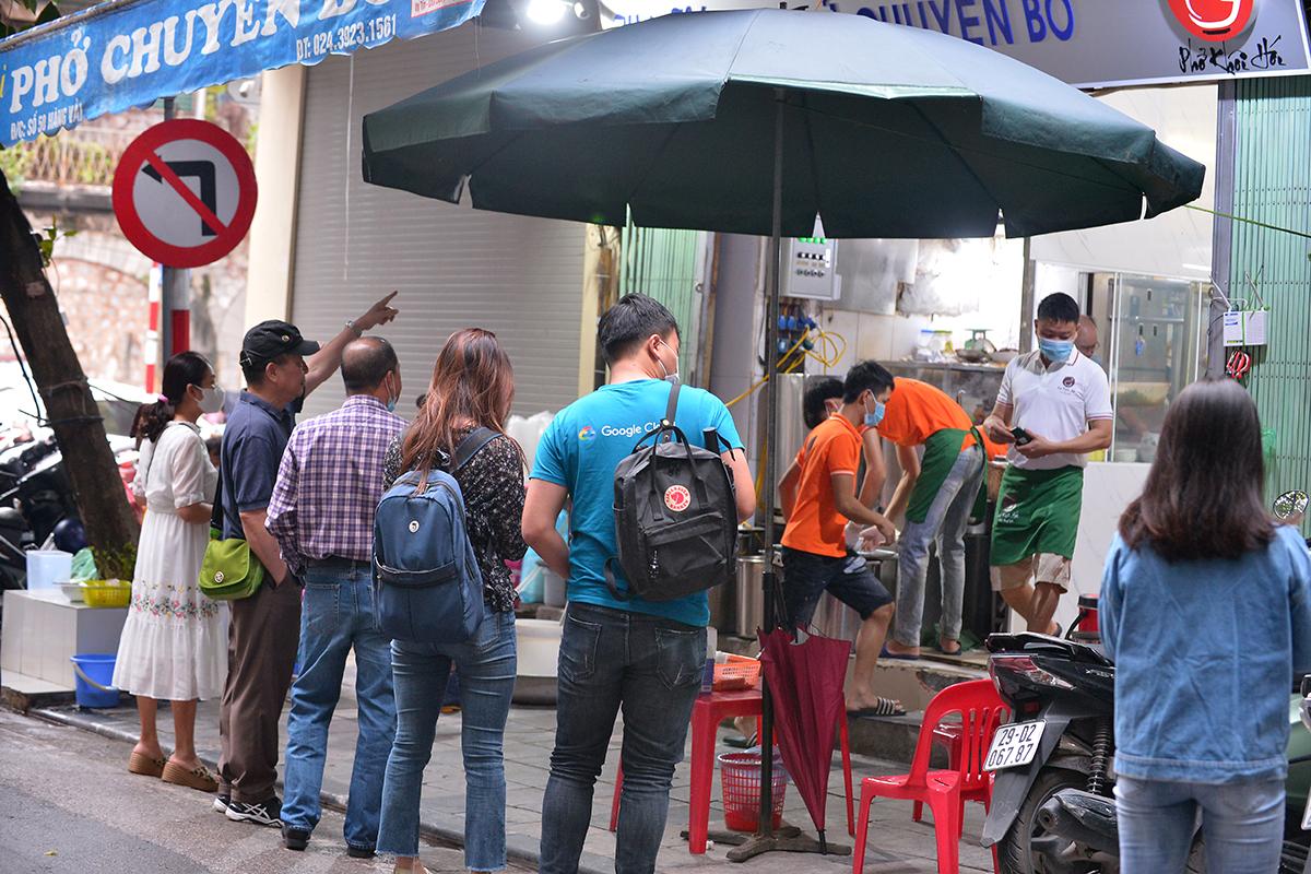 Nhiều quán phở quá tải trong ngày đầu tiên được ăn tại chỗ - Ảnh 1.