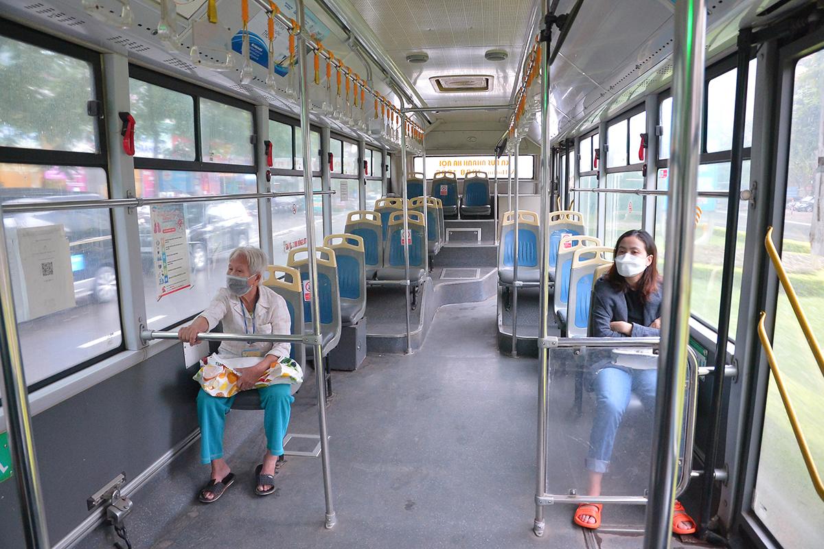 Những chuyến xe không người trong ngày đầu các tuyến buýt Hà Nội hoạt động trở lại - Ảnh 6.