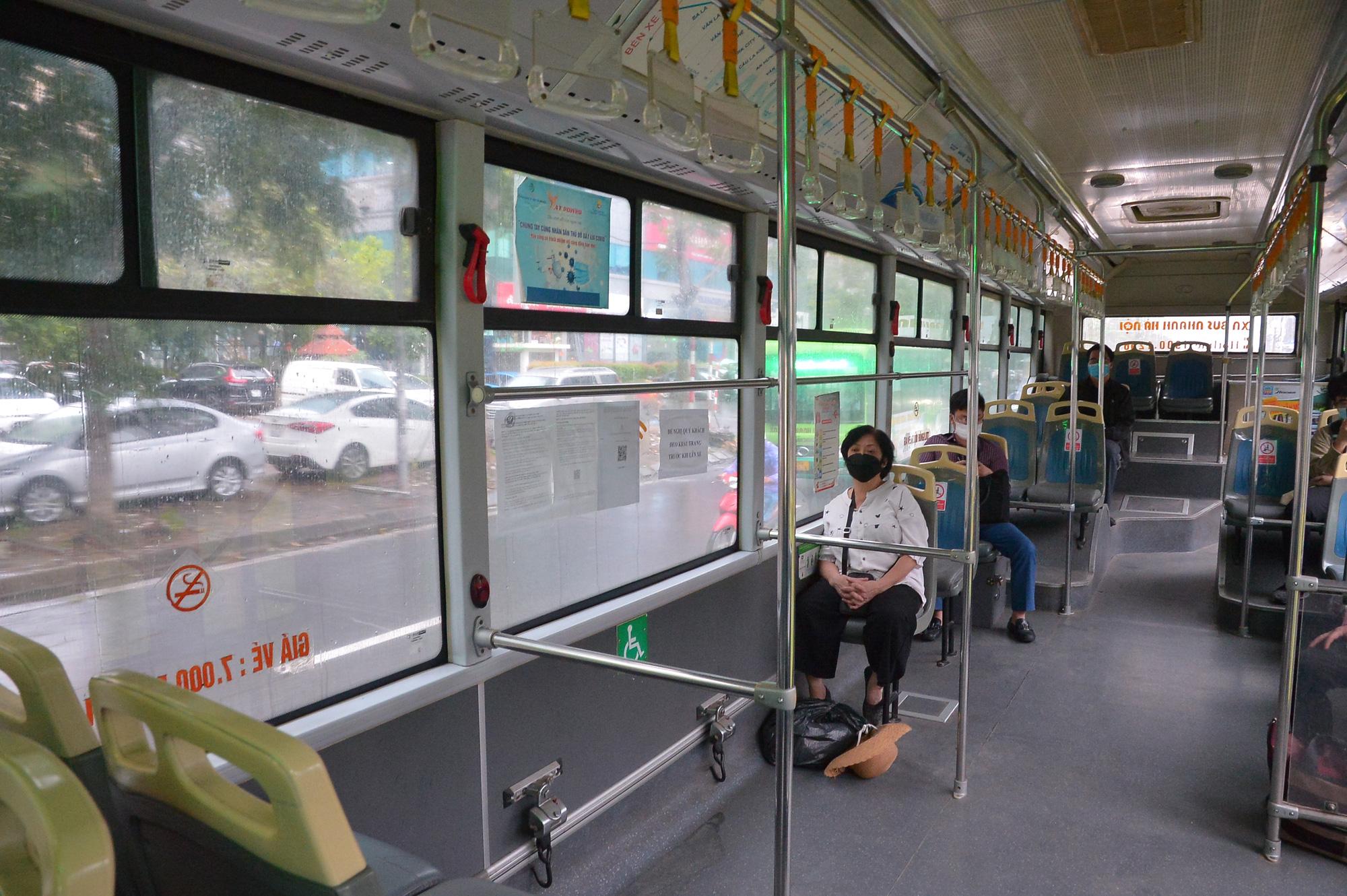 Những chuyến xe không người trong ngày đầu các tuyến buýt Hà Nội hoạt động trở lại - Ảnh 7.